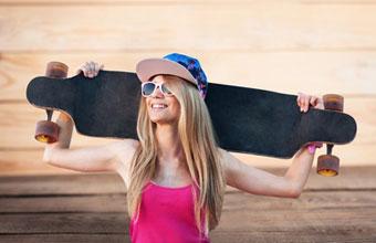 Ein Freeride Longboard wird hinter dem Kopf getragen